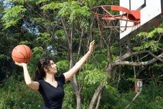 basketball horizontal playing woman Στοκ Φωτογραφίες