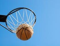 Basketball im Netz - abstraktes Konzept von succes Stockfotografie