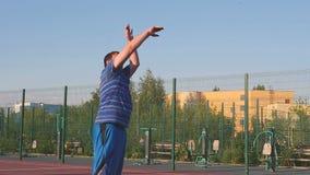 Basketball im Sonnenuntergang stock video footage