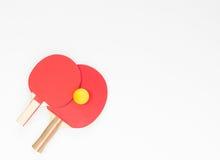 Basketball mit Metallflügeln Rote Tischtennisschläger und -bälle Flache Lage, Draufsicht stockfotografie
