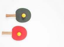 Basketball mit Metallflügeln Rote und schwarze Tischtennisschläger und -bälle Flache Lage, Draufsicht lizenzfreie stockfotos