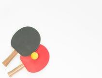 Basketball mit Metallflügeln Rote und schwarze Tischtennisschläger und -bälle Flache Lage, Draufsicht lizenzfreie stockbilder