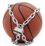 Basketball mit Vorhängeschloß und Kette Lizenzfreie Stockfotografie