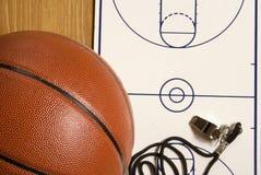 Basketball, Pfeife und unbelegtes Klemmbrett Lizenzfreie Stockfotografie