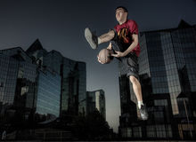 The basketball player in a city Royalty Free Stock Photos