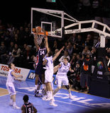 Basketball player dunking ball Royalty Free Stock Photos