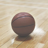 Basketball-Schlag-Gerichts-Sport-Spieler-Innenkonzept Lizenzfreie Stockbilder