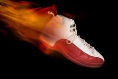 Basketball-Schuh auf Feuer Stockfotos