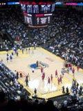 Basketball-Spieler-Aufwärmen vor Anfang des Spiels Stockfotos