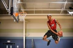 Basketball-Spieler in der Aktion stockbilder