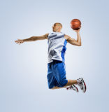 Basketball-Spieler in der Aktion lokalisiert auf Weiß Lizenzfreie Stockbilder