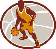 Basketball-Spieler, der Ball-ovales Retro- tröpfelt Lizenzfreies Stockbild