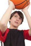 Basketball-Spieler, der einen Basketball wirft Stockfoto