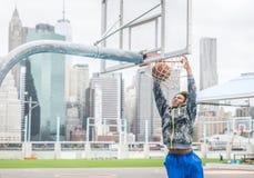 Basketball-Spieler, der einen Slam Dunk macht Stockfotos