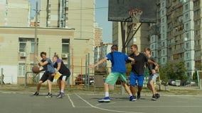 Basketball-Spieler, der Jump-Shot auf Gericht nimmt stock footage