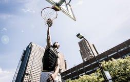 Basketball-Spieler, der stark spielt lizenzfreie stockbilder