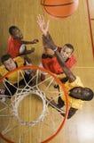 Basketball-Spieler, der zum Slam Dunk-Ball versucht Stockbilder