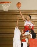 Basketball-Spieler-eintauchender Basketball im Band Stockbilder