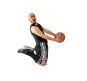 Basketball-Spieler macht einen Slam Dunk auf einem weißen Hintergrund Stockbilder