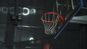Basketball-Spieler macht einen Slam Dunk während eines Spiels Er trägt Sportkleidung ohne Markenzeichen stock video footage