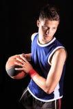 Basketball-Spieler mit Kugel stockbild