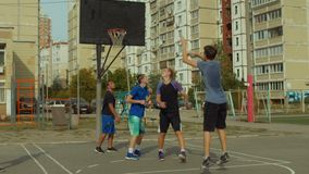 Basketball-Spieler-Schießen für Feldkorb auf Gericht stock footage