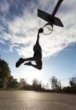 Basketball-Spieler-Slam Dunk-Schattenbild Lizenzfreie Stockfotos