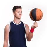 Basketball-Spieler spinnt den Ball auf seinem Finger Stockbild
