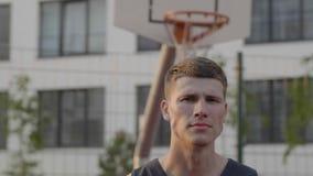 Basketball-Spieler tröpfelt den Ball im städtischen Gericht stock footage