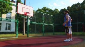 Basketball-Spieler-Züge auf der Straße, zum des Balls im Korb zu zählen Ausbildungsspiel des Basketballs Konzeptsport stock video footage