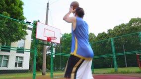 Basketball-Spieler-Züge auf der Straße, zum des Balls im Korb zu zählen Ausbildungsspiel des Basketballs Konzeptsport stock video