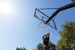 Basketball tauchen draußen ein Stockfoto