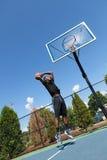 Basketball tauchen von unterhalb ein Lizenzfreie Stockfotos