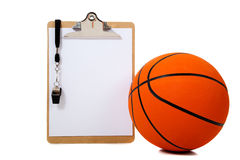 Basketball und Klemmbrett auf Weiß Lizenzfreies Stockfoto