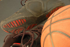 Basketball und Schuhe Lizenzfreies Stockbild