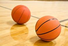 Basketball zwei auf Gericht Stockfotografie
