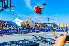 Basketballakrobatik in Park Moskaus Gorky Stockbilder