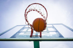 Basketballball in die Schleife Lizenzfreies Stockfoto