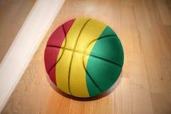 Basketballball mit der Staatsflagge der Guine stockfoto