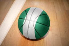 Basketballball mit der Staatsflagge von Nigeria Lizenzfreie Stockbilder
