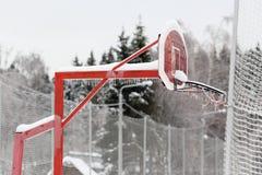 Basketballbrett umfasst mit Eis Eisregen, Regen lizenzfreie stockfotografie
