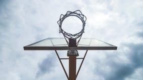 Basketballkorb-Ansicht im Freien von unterhalb lizenzfreie stockfotografie