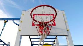 Basketballkorb auf der Straße gegen den blauen Himmel stock video footage