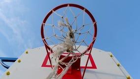 Basketballkorb auf der Straße gegen die Nahaufnahme des blauen Himmels stock video