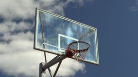 Basketballkorb auf Himmelhintergrund stock footage