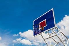 Basketballkorb auf klarem Himmel Stockfoto