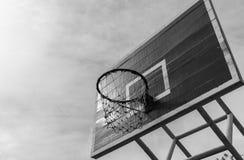 Basketballkorb in der allgemeinen Arena Stockfotos
