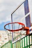 Basketballkorb draußen auf dem Spielplatz stockbild