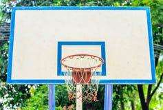 Basketballkorb im Park, Fokusbasketballkorb Lizenzfreie Stockfotografie