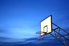 Basketballkorb mit blauem Himmel Stockfotos